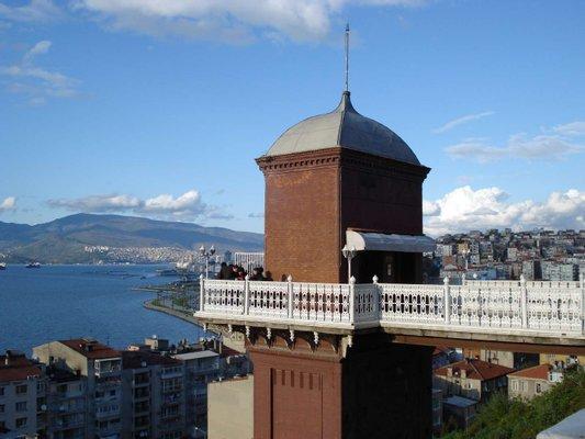 Izmir Tarihi Asansör Binası